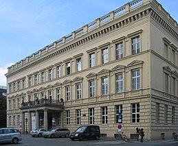 Im Donnerschen Palais (heute Palais am Festungsgraben) hatte Stein in seiner Zeit als Finanzminister seine Dienstwohnung, nach 1808 wurde das Gebäude Sitz des Finanzministeriums. (Quelle: Wikimedia)