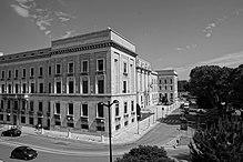 Il Palazzo della Prefettura, costruito dopo il 1927 da Vincenzo Pilotti