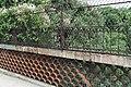 Parc des Buttes-Chaumont, parapet du pont des Suicidés 01.jpg
