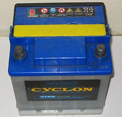 batterie au plomb de voiture : puissante et économique, mais lourde. Choix peu pratique de batteries pour rover.