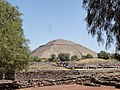Pirámide del Sol en Teotihuacan desde la Ciudadela.jpg