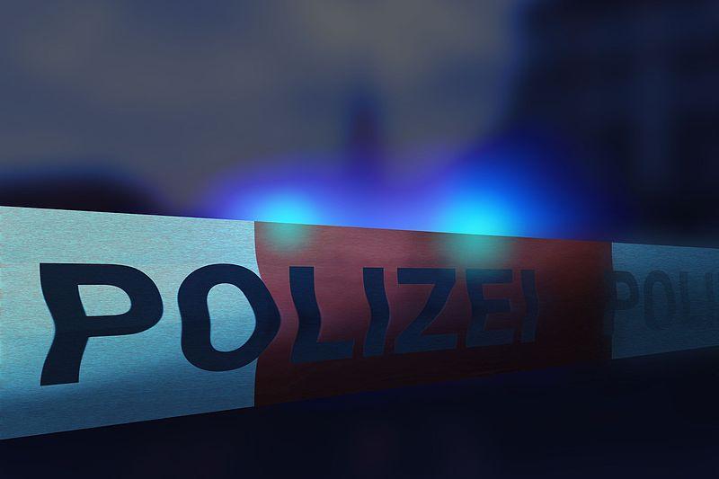 File:Polizeiband Polizeiabsperrung in Stadt - heller.jpg