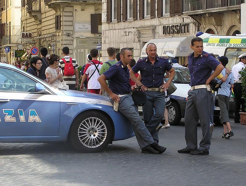 Police à Rome : Décontraction et un sens de la nonchalance. Photo de Adrian Pingstone.