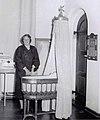 Prinses Beatrix bij de wieg waarin generaties Oranjes als baby hebben gelegen (1956).jpg