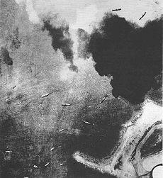 Høytliggende luftfoto av skipflåten i kystfarvann