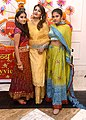 Raveena Tandon snapped with daughters for Dussehra celebration (04).jpg