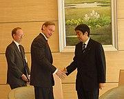 2006年1月23日、内閣官房長官安倍晋三(右)と会談する国務副長官ロバート・ゼーリック(中)