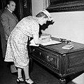 Roma La vedova di Marconi firma il registro degli ospiti all'inaugurazione del Museo PT (PTI-F-003445-0000).jpg