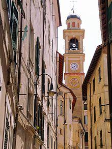 Il campanile della chiesa di Nostra Signora Assunta tra le case del borgo di Rossiglione Inferiore