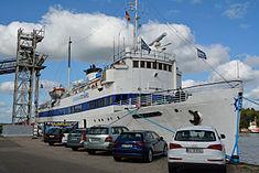 Schleswig-Holstein, Hochdonn, Fähranleger am N-O-Kanal; das Motorschiff Brahe lag dort als Hotelschiff für Wacken Open Air 2015 NIK 5405.jpg