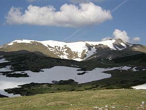 Til venstre toppen klosterwappen, til højre bjerghytten fischerhaus