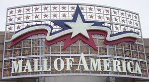 Bildbeschreibung: Blick auf den Schriftzug über dem Haupteingang der Mall of America Quelle: selbst fotographiert Fotograf/Urheber: Benutzer:Sinn Datum: 20.März 2006 (Photo credit: Wikipedia)