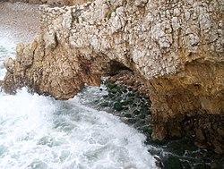 O quebrar das ondas causa eros�o com o tempo.