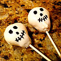 Skull cake pops (6287302183).jpg