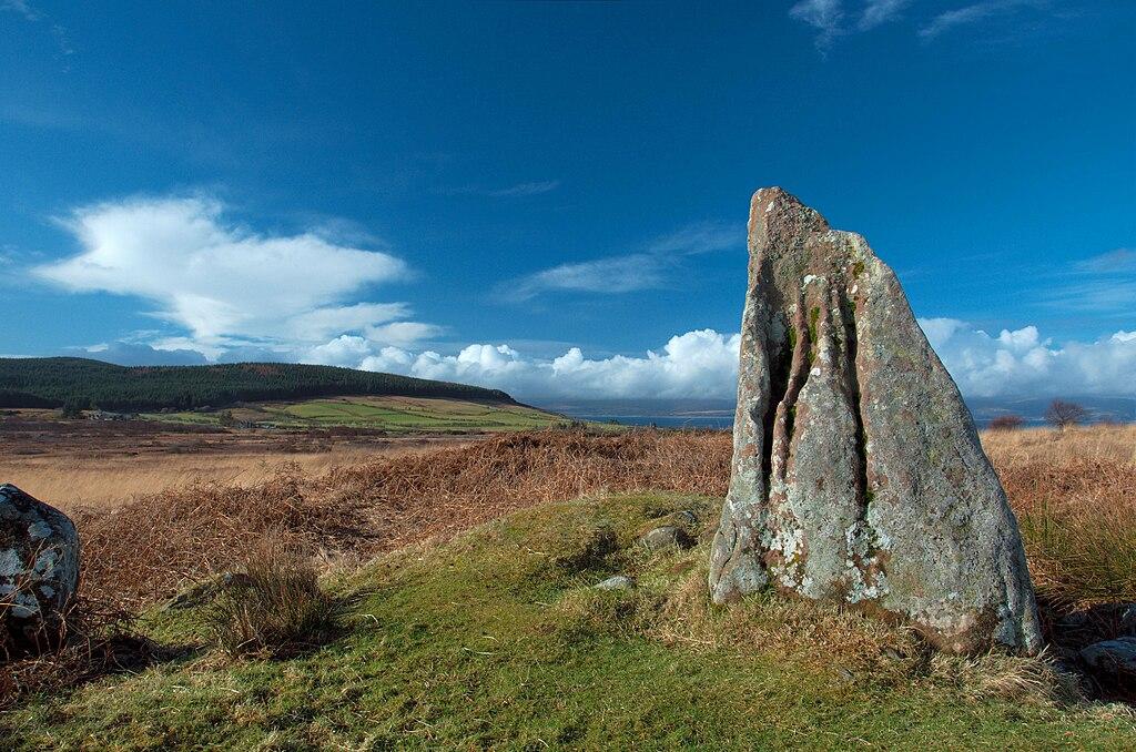 Standing stone ou pierre debout à Machrie Moor sur l'Isle of Arran en Ecosse.