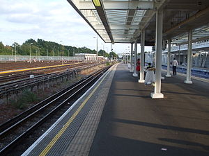 Stanmore tube station - Image: Stanmore station island platform eastern face looking south