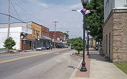 Broad Street (West Virginia Routes 39 و 41) in downtown Summersville in 2007
