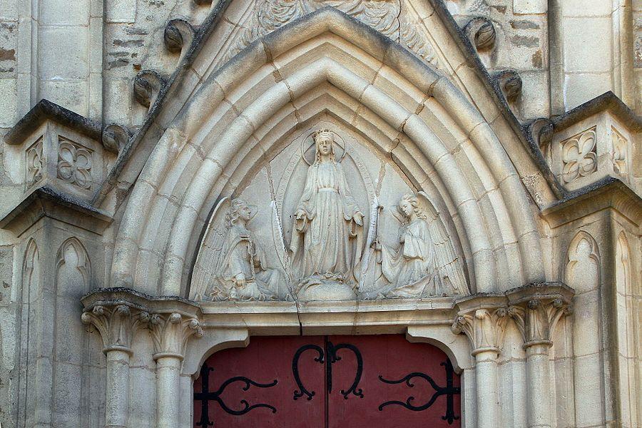 Tympan de l'église de Tharoiseau représentant Notre-Dame entre deux anges