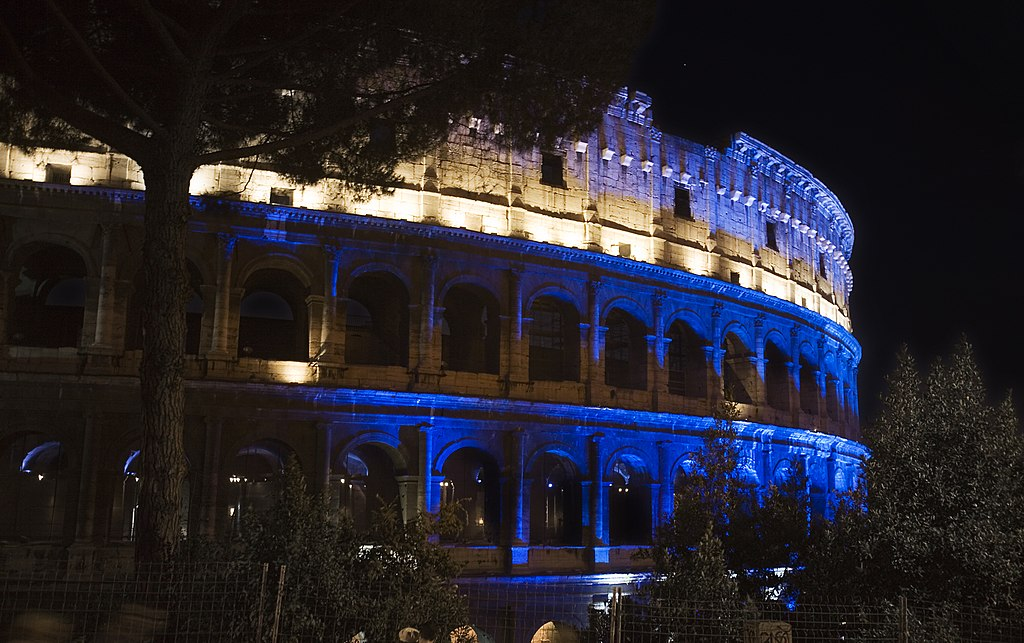 File:The Colosseum at night, Rome - 2126.jpg - Wikimedia ...