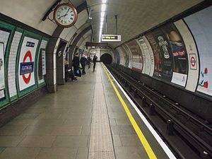 Tooting Bec tube station - Image: Tooting Bec stn northbound look south