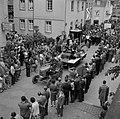 Tractor en praalwagen met wijnkoningin en hofhouding in de optocht, Bestanddeelnr 254-4454.jpg