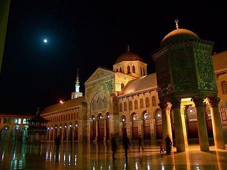 منظر جانبي لواجهة الجامع الداخلية في الليل.