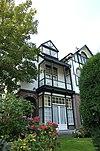 foto van Linkerdeel van een vrijstaand bouwblok, bestaande uit twee symmetrische villa's