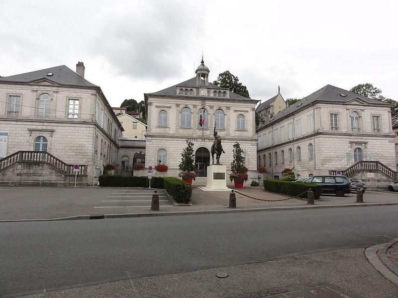 Vaucouleurs (Meuse) mairie et musée (droite)