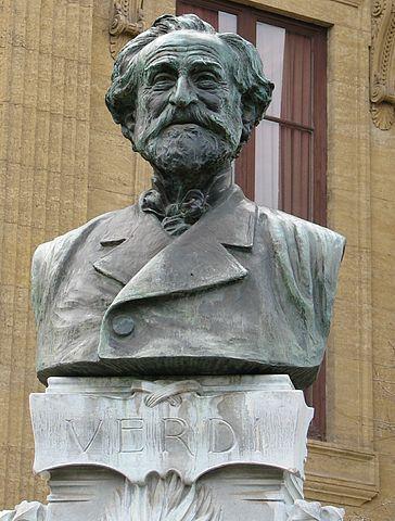 Бюст Джузеппе Верди работы Антонио Уго рядом с театром Массимо в Палермо, Италия.