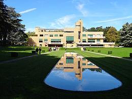 Villa Cavrois façade sud et miroir d'eau.JPG
