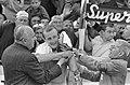 Wereldkampioenschappen Wielrennen op Nurburgring 1966, Evert Dolman doet regenbo, Bestanddeelnr 919-4996.jpg