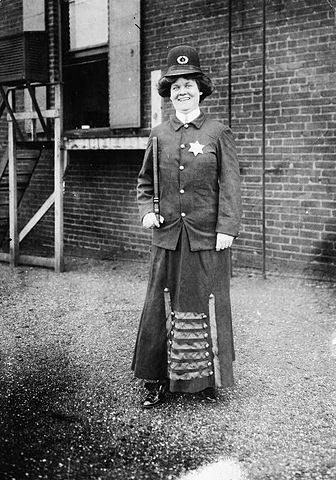 """""""Woman policeman"""" by George Grantham Bain Collection. - This image is available from the United States Library of Congress's Prints and Photographs division under the digital ID cph.3c01578.This tag does not indicate the copyright status of the attached work. A normal copyright tag is still required. See Commons:Licensing for more information.العربية
