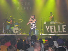 Photo de Yelle et ses 2 musiciens en concert au House of Blues, à Dallas en 2008