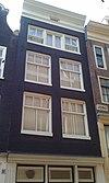 foto van Huis met gevel onder 19e-eeuwse rechte lijst