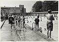 Zwemmende jeud in zwembad de Houtvaart. NL-HlmNHA 54032167.JPG