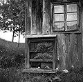 """""""Kranjič"""" (panj) pri strani čebelnjaka, Strletje 1950.jpg"""