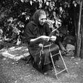 Žena pripravlja statve za tkanje trakov, Podlož 1962.jpg
