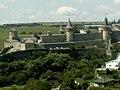 Кам'янець-Подільська фортеця вдалині.jpg