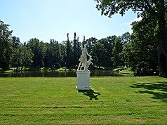 Ломоносов Верхний парк Скульптура «Артемида Версальская».jpg