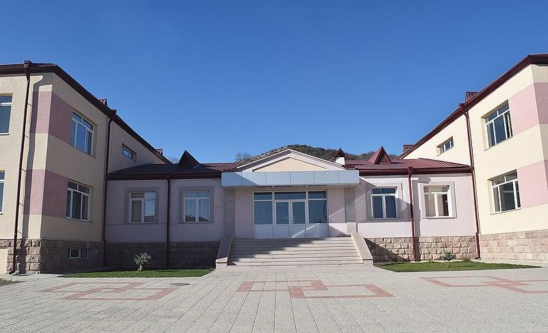 File:Գյուղի դպրոցի մուտքը, Աստղաշեն.jpg