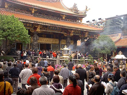 Han Chinese praying at the Lungshan Temple of Manka in Taipei 艋舺龍山寺 臺北市 直轄市定古蹟寺廟 Venation 1.JPG