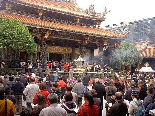 Han Chinese praying at the Lungshan Temple of Manka in Taipei Meng Jia Long Shan Si Tai Bei Shi Zhi Xia Shi Ding Gu Ji Si Miao Venation 1.JPG