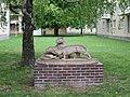 1210 Ödenburger Straße 73-85 - Kunststeinplastik Lauernde Löwinnen von Leopold Hohl 1963 IMG 2855.jpg