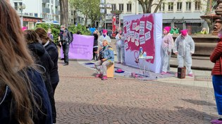 File:150 Jahre Paragraph 218 Protest in Frankfurt Übermalung einer Wand mit der Zahl 218.webm