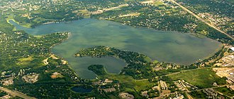 Medicine Lake (Minnesota) - Aerial view of Medicine Lake. The municipality of Medicine Lake lies on the peninsula in the south of the lake. In the foreground is West Medicine Lake Park and in the upper left corner is French Regional Park.