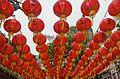 2016 Singapur, Chinatown, Ulica Telok Ayer, Czerwone chińskie lampiony zawieszone nad ulicą (04).jpg