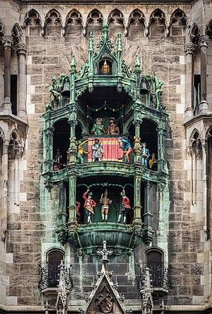 2019-11-16, Glockenspiel, Neues Münchner Rathaus, IMG 7463 edit Christoph Braun.jpg