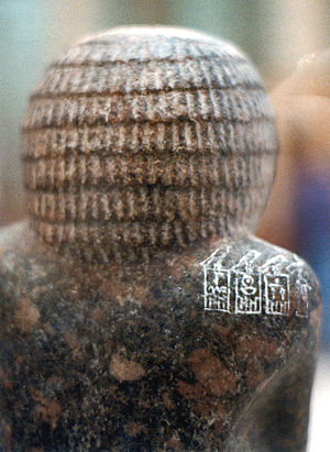 Nebra (Pharaoh) - Statue of Hotepdief, priest of the mortuary cults of the first 3 rulers of the dynasty, Hotepsekhemwy, Nebra and Nynetjer. The serekh of Nebra is the middle one on the shoulder of the priest.