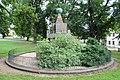 3.Ondřejov pomník padlým celkový pohled ze strany s letopočtem MCMXXVIII čelní pohled z převýšení terénu.JPG