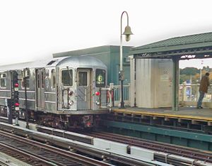 Westchester Square–East Tremont Avenue (IRT Pelham Line) - Image: 6 train at Westchester Sq